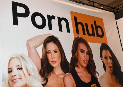 После обвинения в распространении неподобающего контента PornHub ввёл ограничения на загрузку и скачивание роликов с целью «защиты сообщества»