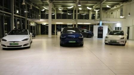 В Польше открылся первый магазин-шоурум Tesla — там можно забрать заказ или взять машину на тест-драйв