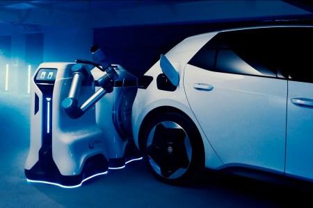 Volkswagen показал первый действующий прототип автономного робота-заправщика для зарядки электромобилей [видео]