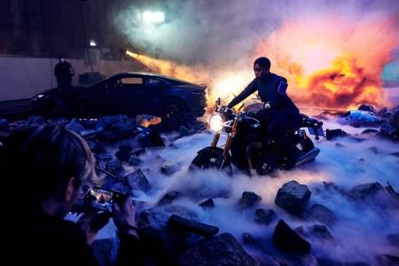 «Шпионские» смартфоны Джеймса Бонда успели устареть из-за постоянных переносов премьеры No Time to Die, студия переснимет часть сцен фильма