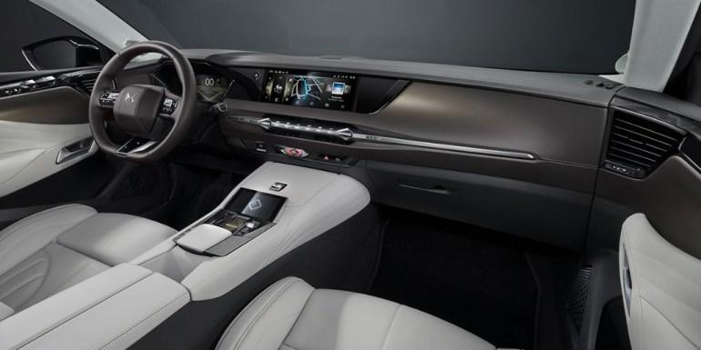 DS Automobiles представил новый хэтчбек DS 4, который будет доступен в нескольких версиях, включая кросс-купе и гибрид с 50 км электрохода