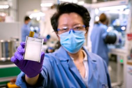 «Дешевле, легче и объемнее»: GM и SES создали новые литий-металлические батареи Ultium для электромобилей (их предсерийное производство стартует в 2023 году)
