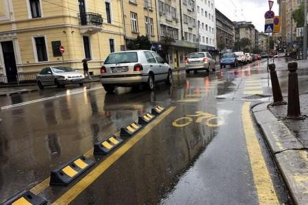 У Києві пропонують створити кілометр захищених велосмуг — відокремити їх від автомобільних делінеаторами