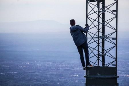 Українець побудував у дворі дому 40-метрову вишку радіозв'язку та запустив підпільного провайдера мобільного інтернету