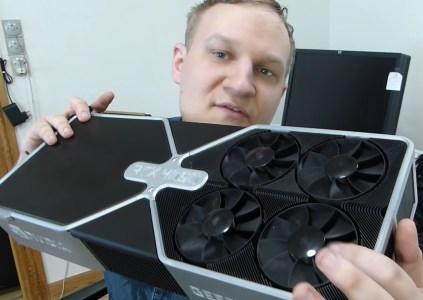 По случаю 1 апреля энтузиаст собрал GeForce RTX 4090 размерами как десктоп — 4 GPU, 12 (!) вентиляторов, энергопотребление 1000 Вт и 23 000 FPS