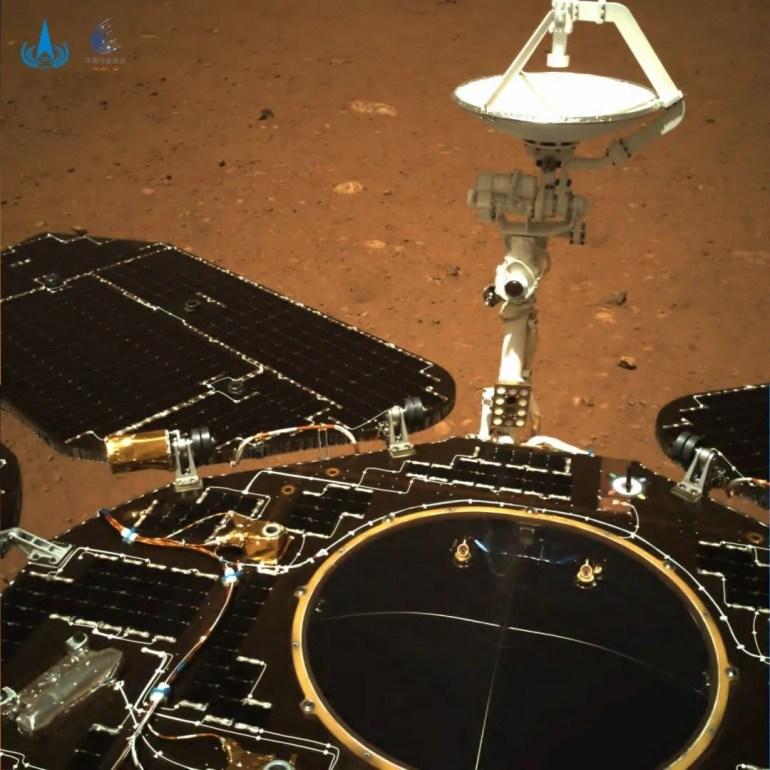 Китайский марсоход «Чжужун» прислал свои первые снимки Марса