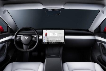 Tesla начала использовать камеры в салонах машин для слежения за вниманием водителя при активном Autopilot