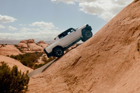 Американцы показали зрелищное видео тестирования электропикапа GMC Hummer EV в горных условиях