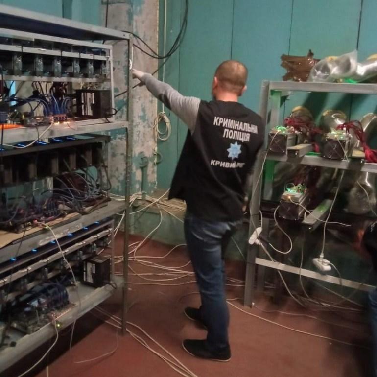 У Кривому Розі поліція викрила ферму для майнінгу криптовалюти, яка була незаконно підключена до електромережі