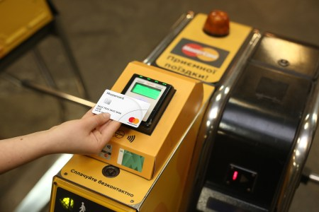 У київському метро через збій зламалась безконтактна оплата — банківською карткою та мобільними додатками проїзд не оплатити [Оновлено: оплату полагодили]