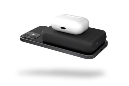 «Зарядный сэндвич» – беспроводной портативный аккумулятор Zens Dual Powerbank располагается между заряжаемыми устройствами