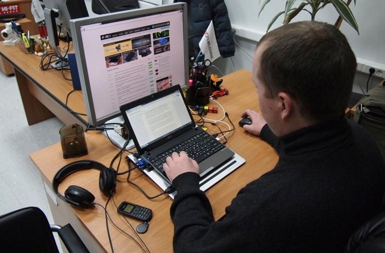 """В Україні запатентували """"двоповерховий"""" ноутбук з основним та додатковим відкидним екраном"""