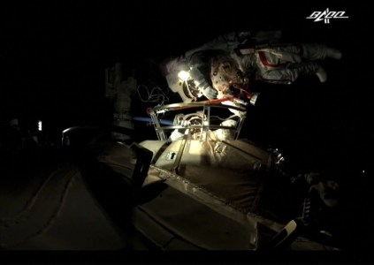 Китайские астронавты впервые в истории страны совершили тандемный выход в открытый космос