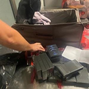 Двоє українців невдало спробували завезти з Дубая партію контрабандних iPhone на суму 1 млн грн