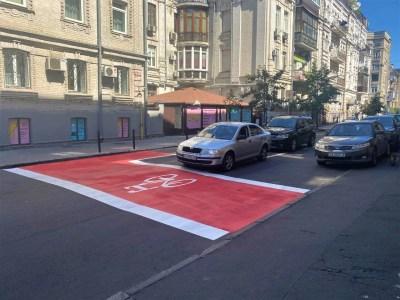 У Києві влаштували лівоповоротні велосипедні зони очікування, що покращують видимість велосипедистів на перехресті