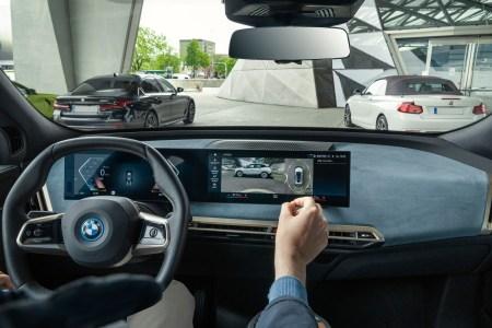 Видео дня: Электрокроссовер BMW iX самостоятельно заряжается и моется на парковке