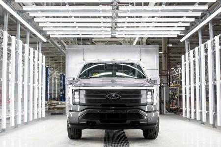 С конвейера сошел первый предсерийный электропикап Ford F-150 Lightning, количество предзаказов превысило отметку 150 тыс.