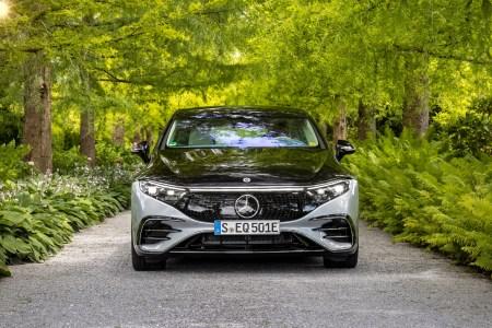 В США электромобиль Mercedes-Benz EQS стоит почти на $10 тыс. дешевле, чем его бензиновый аналог Mercedes-Benz S-Class — всего от $102,3 тыс.