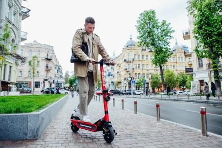 Конкуренція і вандалізм: Сервіс прокату електросамокатів Vzhooh пішов із Києва до Рівного та Луцька
