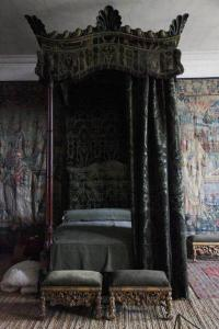 small-gothic-canopy-beds-with-black-gothic-curtain
