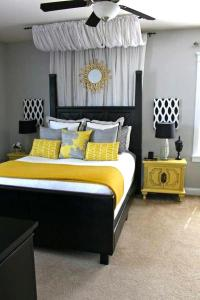 black-and-white-bedroom-decorating-ideas-with-yellow-touch ...