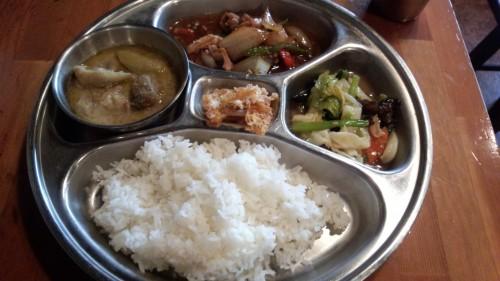 Cセットのグリーンカレーと豚肉いためのクーイケム、青菜の炒め物
