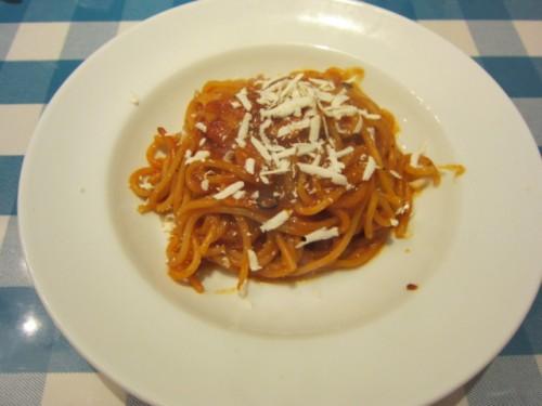トマトとニンニクのスパゲティにチーズ