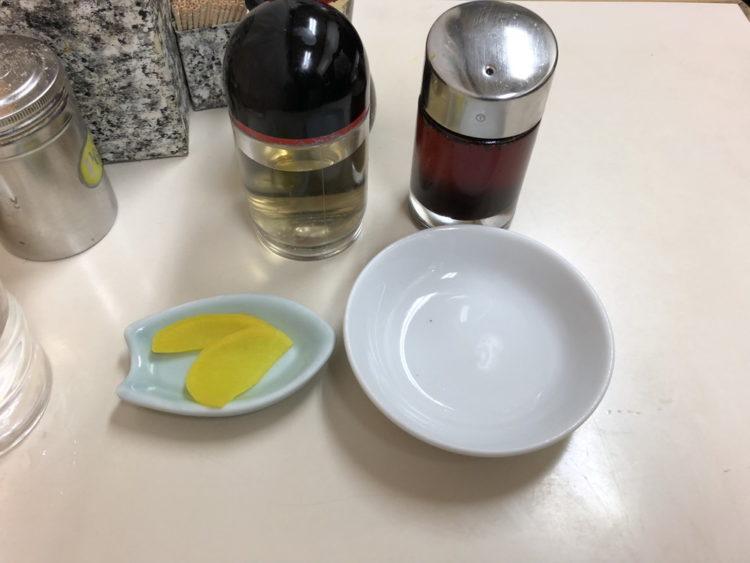 餃子のタレ皿と沢庵