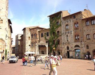 964px-Piazza_della_Cisterna_2013