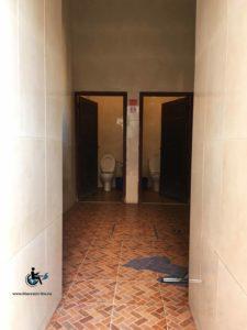 Les toilettes publiques situées à l'extérieur, à proximité des tombeaux sont accessibles