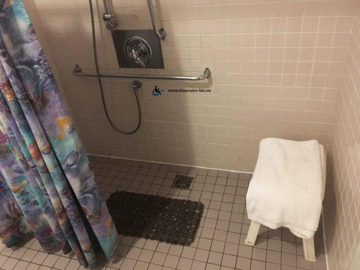 La douche est réglable en hauteur et le tuyau est vraiment long