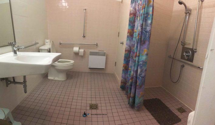 Une grande salle de bain, pratique et bien agencée