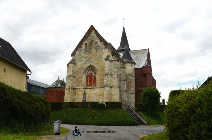 La pierre remplace souvent la brique sur l'arrière des églises fortifiées.