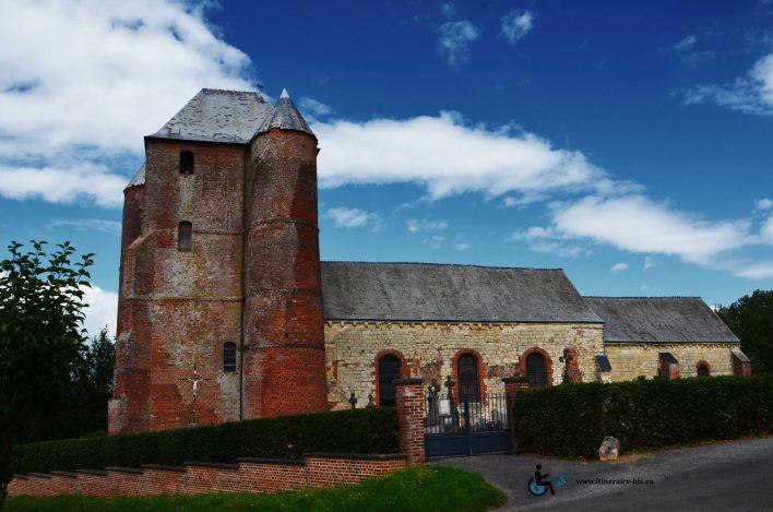 Le cimetière est attenant à l'église.