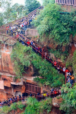 Waiting line to see the Giant Buddha in Leshan