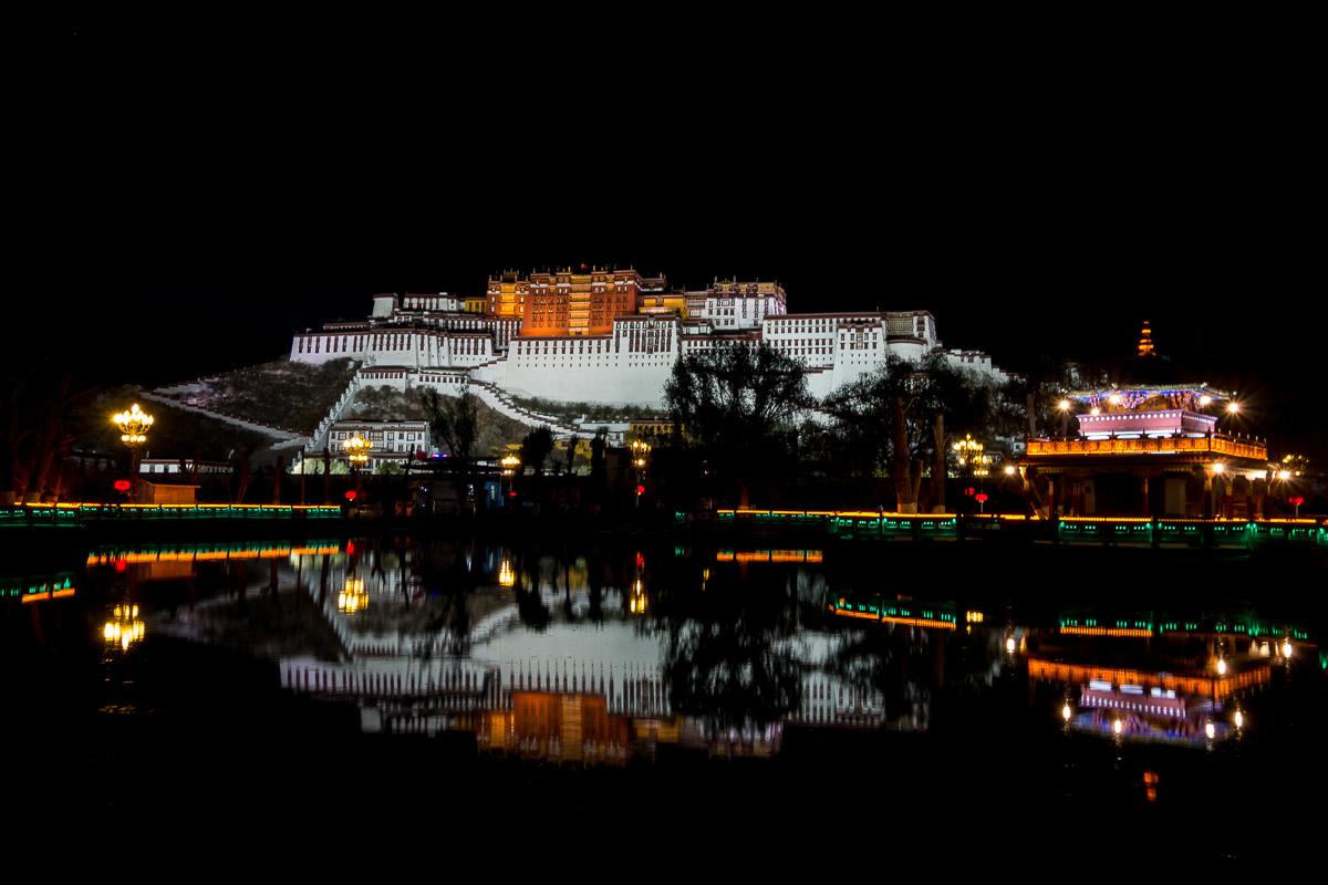 Potala Palast vom Potala Platz in der Nacht