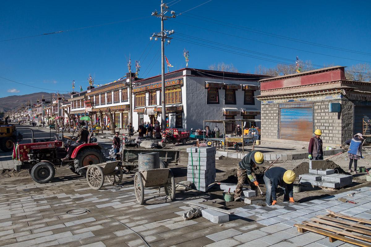 Die Strasse vor dem Kloster wird neu gemacht