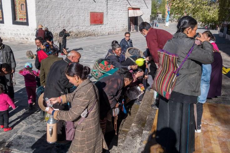 Bevölkerung kommt im Kloster vorbei um Weihwasser zu erhalten