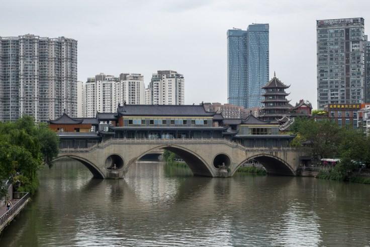 Neue Brücke in altem Stil gebaut - oft gesehen in China