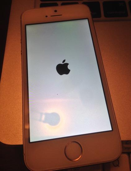 【iPhone 強制再起動】iPhoneの挙動がおかしくなった時の対処法⇒電源ボタン+ホームボタン 同時長押し