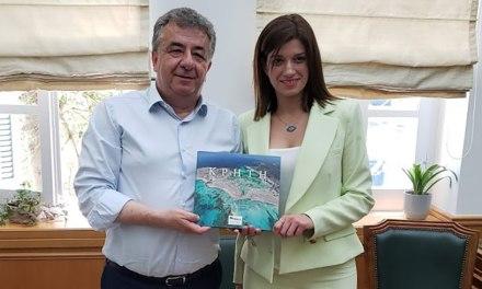 Συνάντηση με την τομεάρχη Τουρισμού της Κοινοβουλευτικής Ομάδας του ΣΥΡΙΖΑ και βουλευτή Α' Θεσσαλονίκης Κατερίνα Νοτοπούλου είχε σήμερα ο περιφερειάρχης Κρήτης Σταύρος Αρναουτάκης.