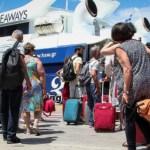 Ουρές στο λιμάνι του Πειραιά για τα νησιά