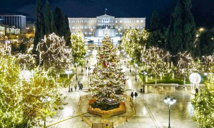 Μια Αθηναϊκή χριστουγεννιάτικη ιστορία (Φώτο + ταινία)                      Ο Δήμος Αθηναίων ανάβει το Χριστουγεννιάτικο δέντρο, αλλιώς…