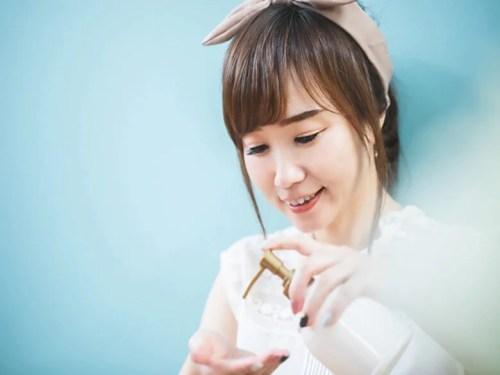 紫外線防止クリームを塗る女性