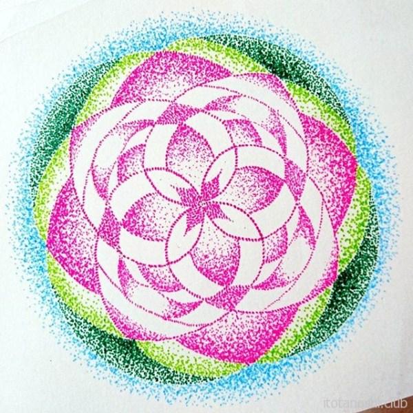 蓮の花をイメージした曼荼羅。睡蓮は水面に、蓮の花は水面より上に咲くのだそう。#曼荼羅 #マンダラ #マンダラアート #mandala #mandalaart #mandalalove #蓮 #蓮の花 #睡蓮 #waterlily #lotus #lotusflower