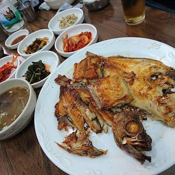 お昼ご飯はチャガルチ市場近くで魚料理。店頭で焼いている4種類の焼き魚と、5種類のおかず、それにスープとご飯。これで10000ウォン(約1000円)。白身魚の味の違いを味わった。#釜山 busan #チャガルチ