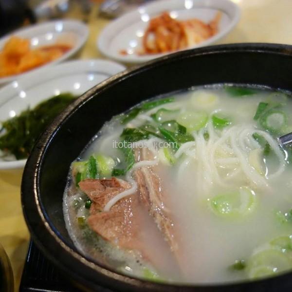 今回の旅行の宿泊は朝食付きにしなかったので、今朝はソルロンタンを食べに行った。牛肉たっぷり。ソウルで食べた某チェーン店のものより、ずっと味わい深かった。#釜山 #busan #南浦 #ソルロンタン