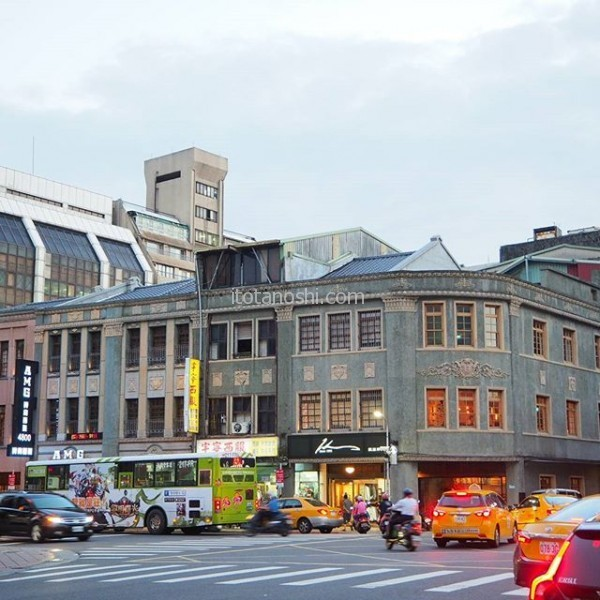 今回のホテルは今まで泊まったことがないエリア。 これまではタクシーでないと便が悪くていけなかった迪化街がすぐ近く。ホテルすぐの交差点から古い建物が見られる、かつては栄えたところ。夕方からお散歩がてら歩いた。#台湾 #台北 #迪化街
