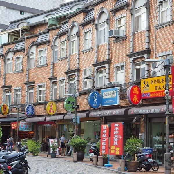 """#陶器 が有名な """"鶯歌 。安いものから、すっごくお高そうなものまで、陶器のお店が並ぶ。持ち帰ることを思うと、あまり真剣に見られない(笑) #台湾"""
