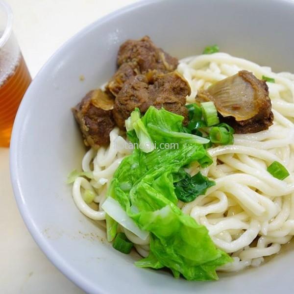 食べ過ぎなのはわかってるけど、食べておかないと気が済まないから~お気に入りの汁なし牛肉麺(小サイズ)を食べておく。#台湾 #台北 #牛肉麺